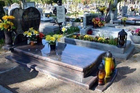 tomba con fiori