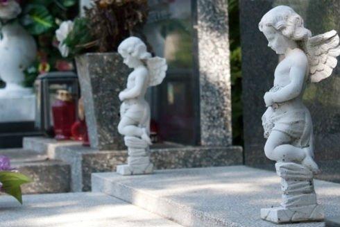 statue di angeli in un cimitero