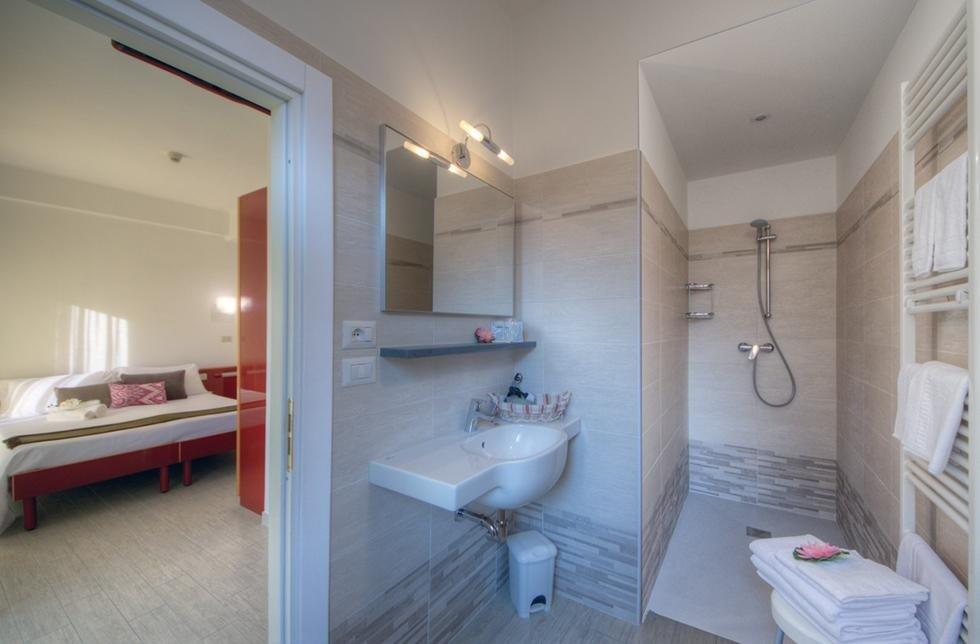 bagno con ampio box doccia