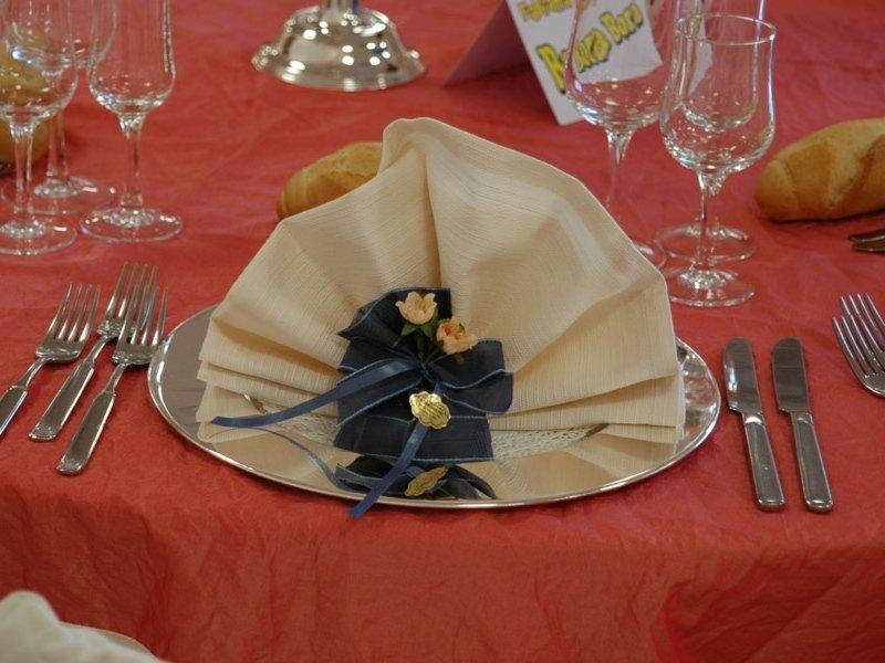 Piatto , servilleta crema, nastro blu, fiori gialle