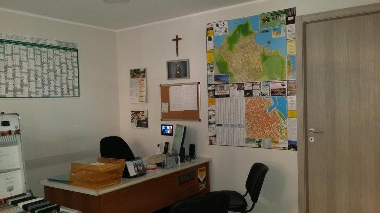 scrivania con mappa