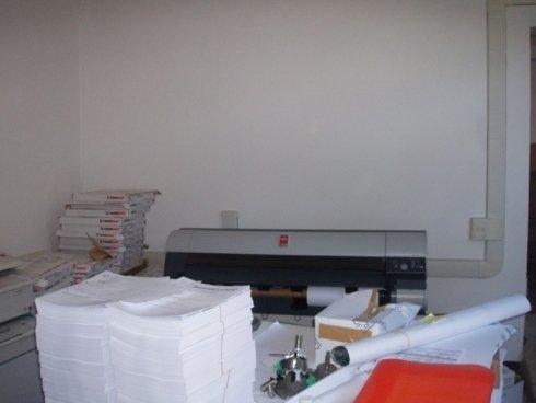 una stampante e  una pila di fogli bianchi