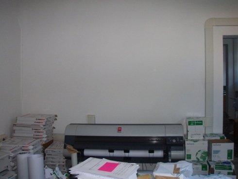 una stampante e di fronte dei volantini
