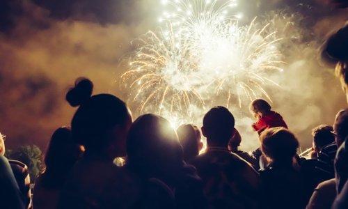 gruppo di persone ad una festa che guardano i fuochi d'artificio