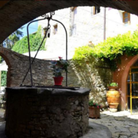 Vieni a trovarci scorgerai in questo antico pozzo in pietra e scoprirai un bellissimo locale