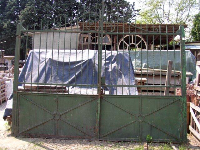 un cancello in ferro verde
