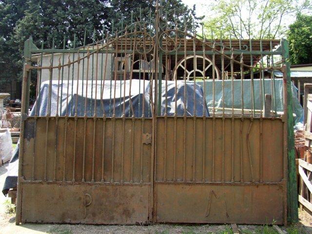 un cancello in ferro arrugginito