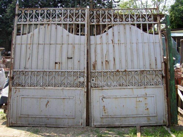 un cancello in ferro grigio un po arrugginito