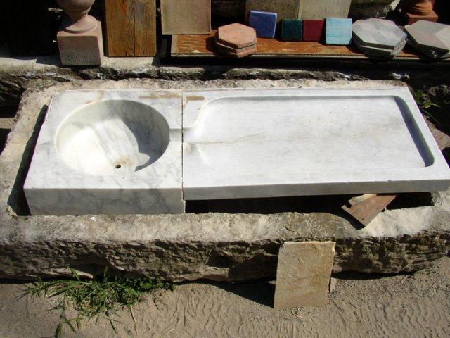 una base di un lavabo in marmo
