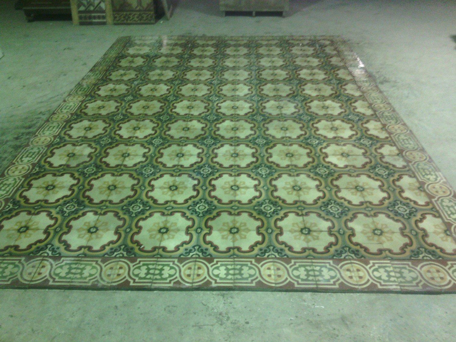 un pavimento con piastrelle a disegni