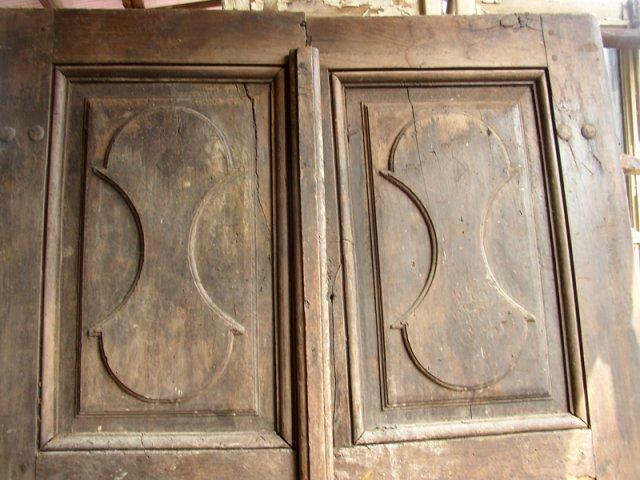due ante in legno con finiture