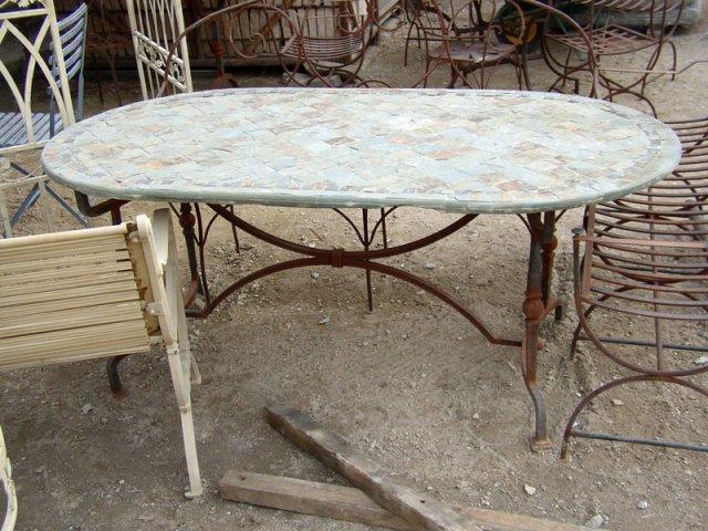 un tavolo in marmo