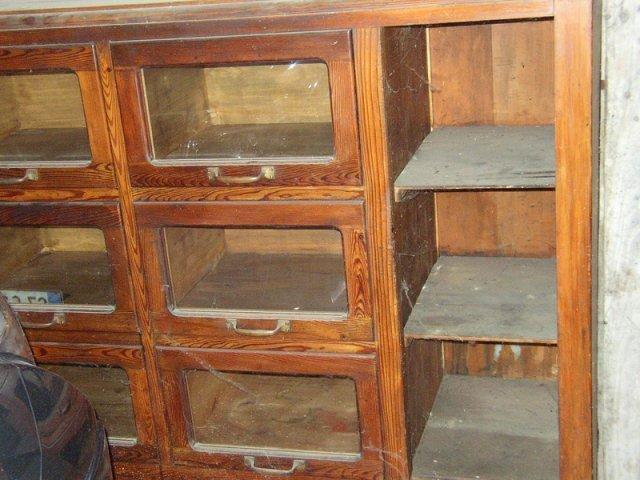 un armadio in legno con mensole e scompartimenti con ante in vetro