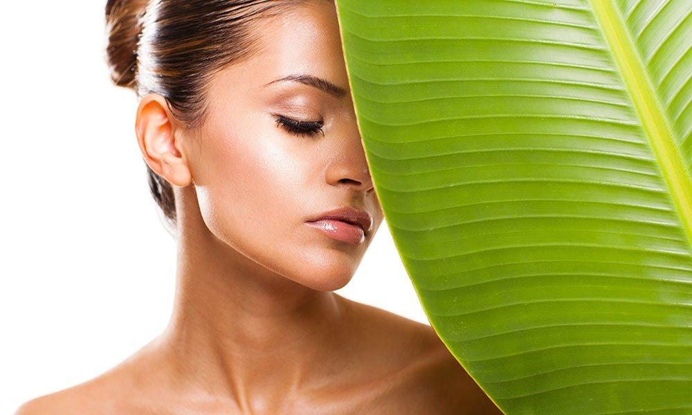 giovane donna dopo applicazione di crema da viso