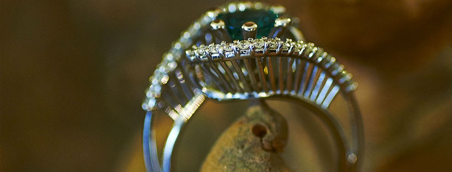primo piano di diamantini su un anello