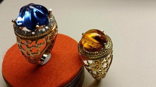 due anelli con pietre colorate