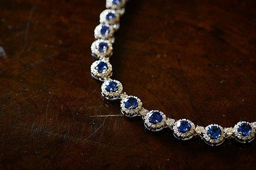 collana con diamanti e pietre blu