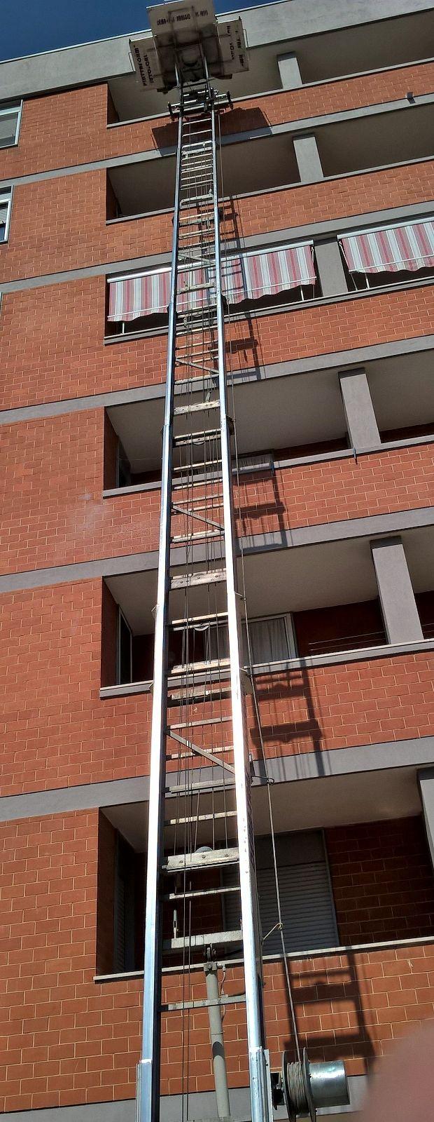 Lunga scala di fronte a un palazzo
