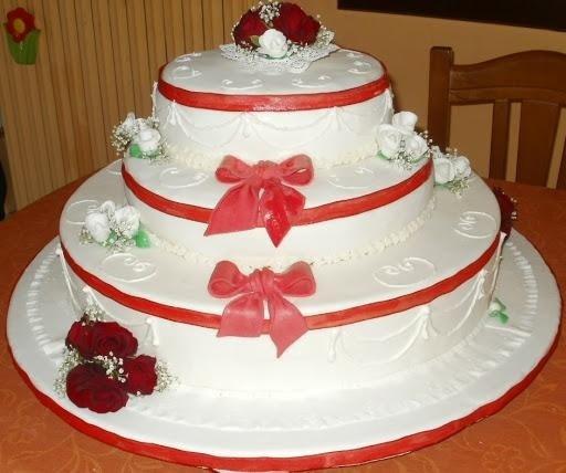 torta di panna con fiocchi rossi