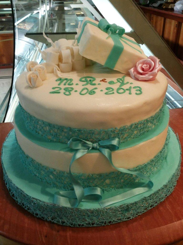torta con fiocco verde
