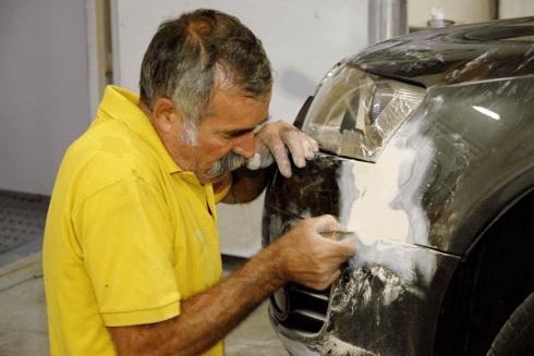 Riparazione carrozzeria con pasta e stucco