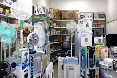 Il negozio propone un vasto assortimento di ventilatori, lavatrici e TV color.
