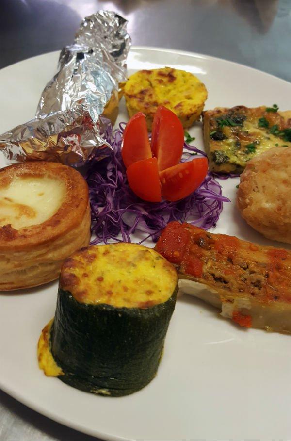un piatto di verdure e degli antipasti