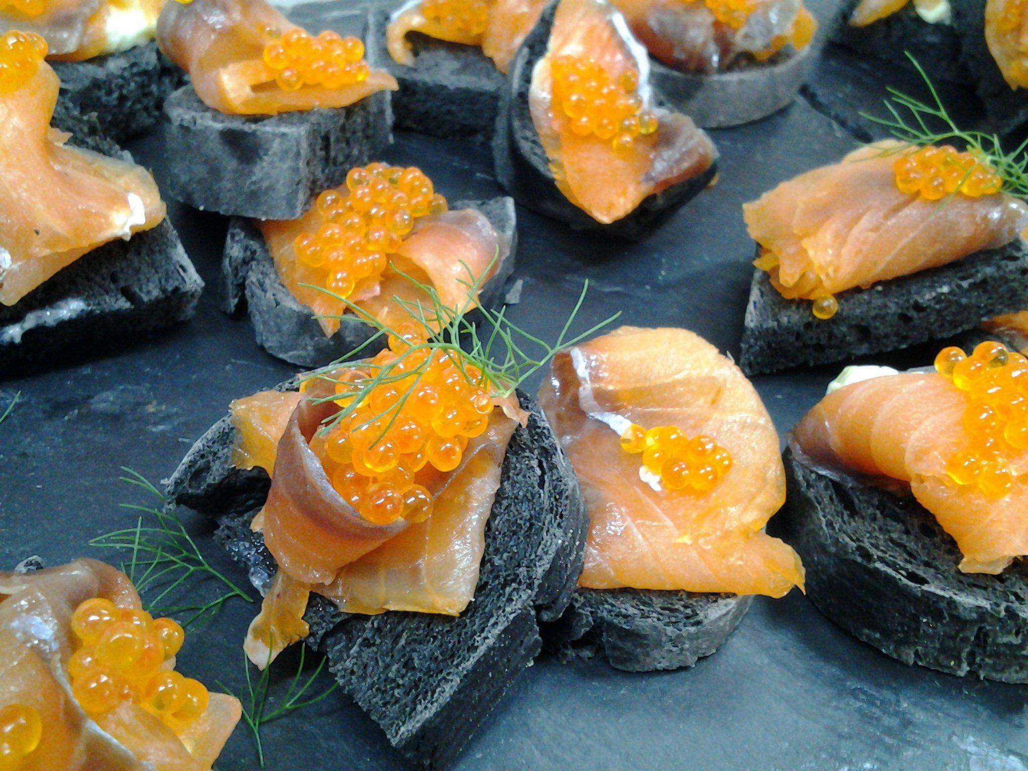 Crostini di pane nero con salmone