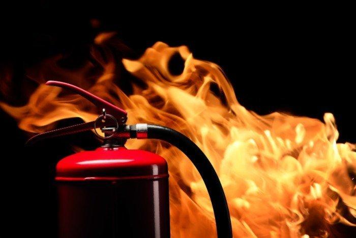 Estintore di fronte al fuoco