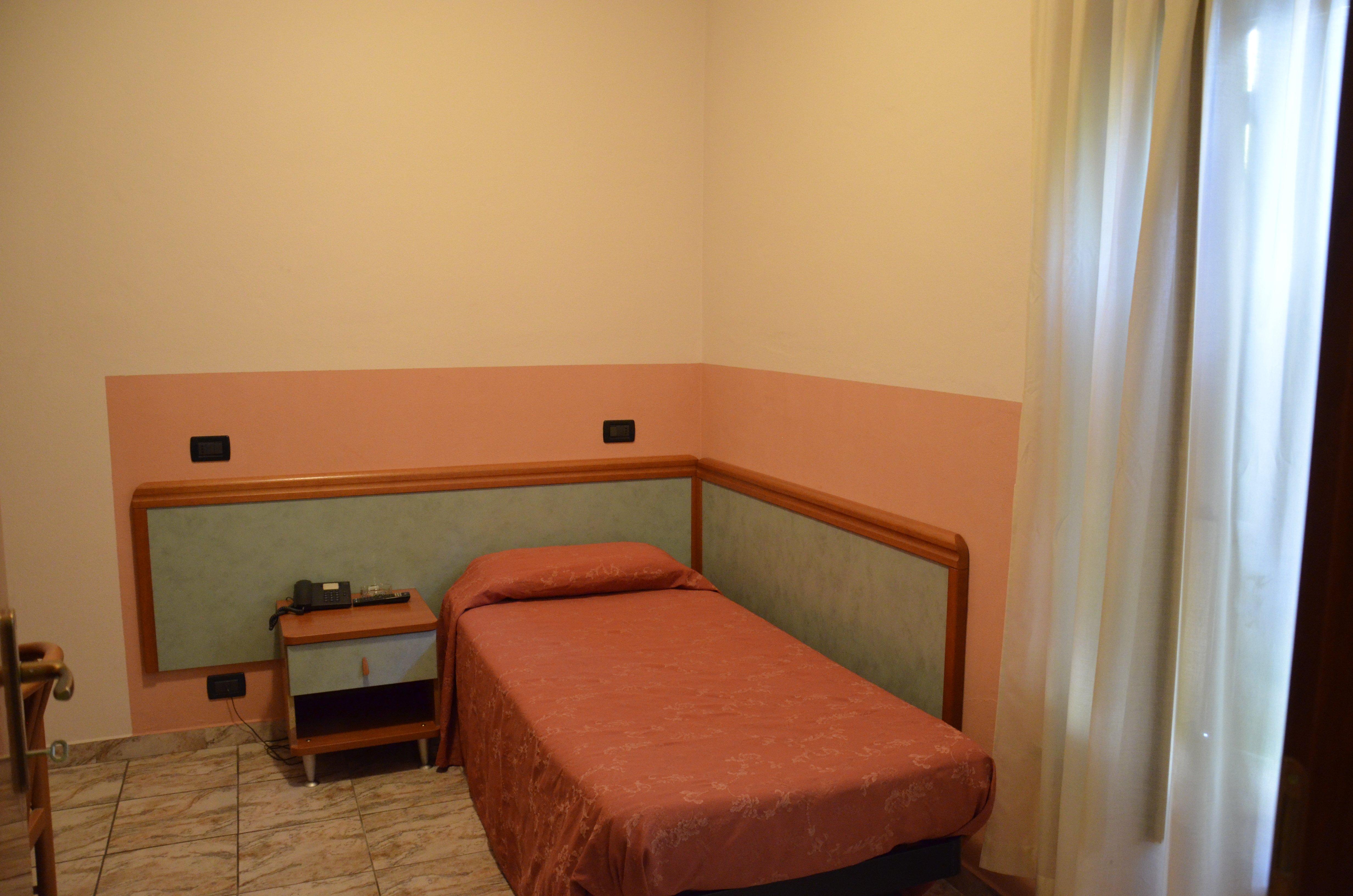 un letto singolo di una camera d'albergo