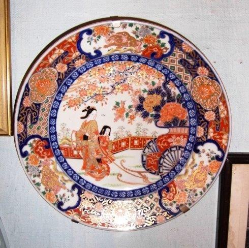 Piatto Imari con importanti decorazioni in oro