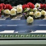 Tomba coperta di rose rosse e bianchi