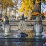 Diverse lampade di vetro per proteggere il cimitero