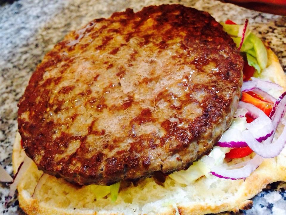 un hamburger grigliato e delle verdure