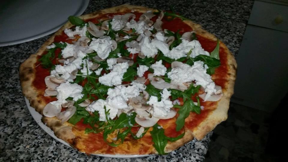 una pizza con mozzarella e rucola