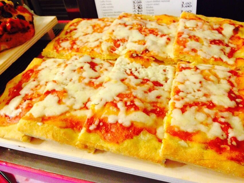 una pizza tagliata a fette rettangolari