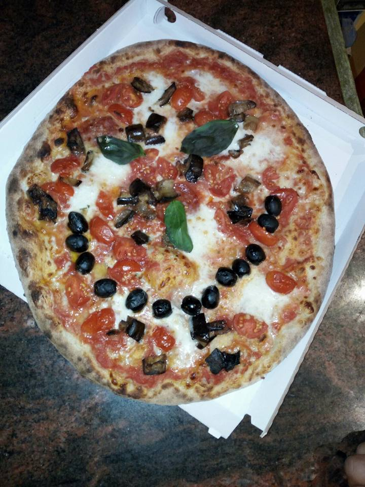 una pizza con olive nere,pomodori e mozzarella