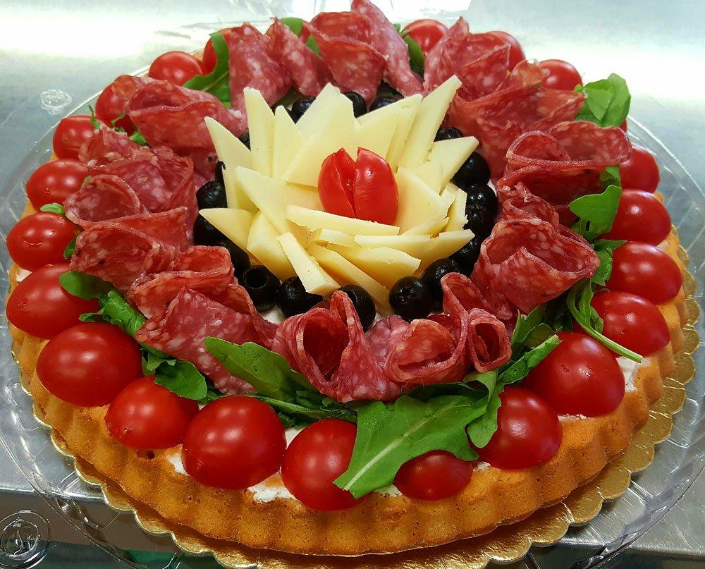 torta con pomodori, lattuga,salame, olive nere e formaggio