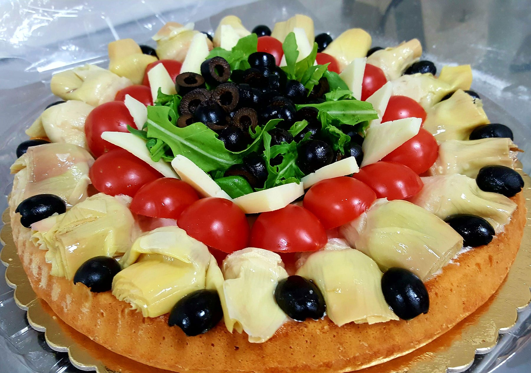 torta con carciofi, pomodorini e olive nere