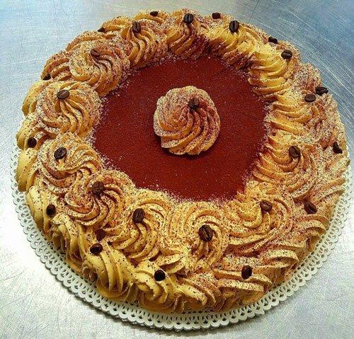 torta al caffe' con chicci decorativi