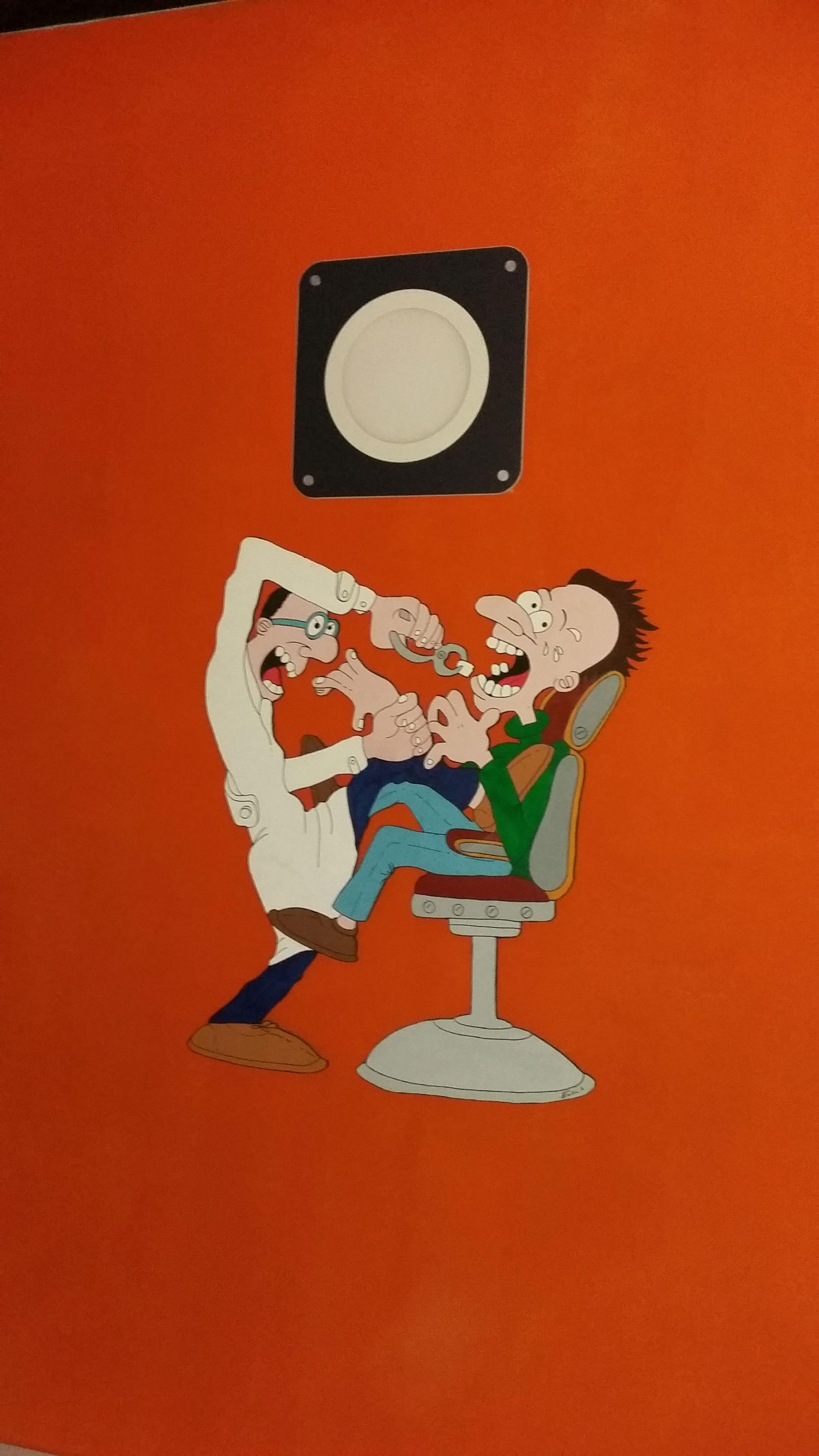 una parete arancione con un disegno divertente stile cartone animato di un uomo che stacca un dente a un altro seduto su una sedia