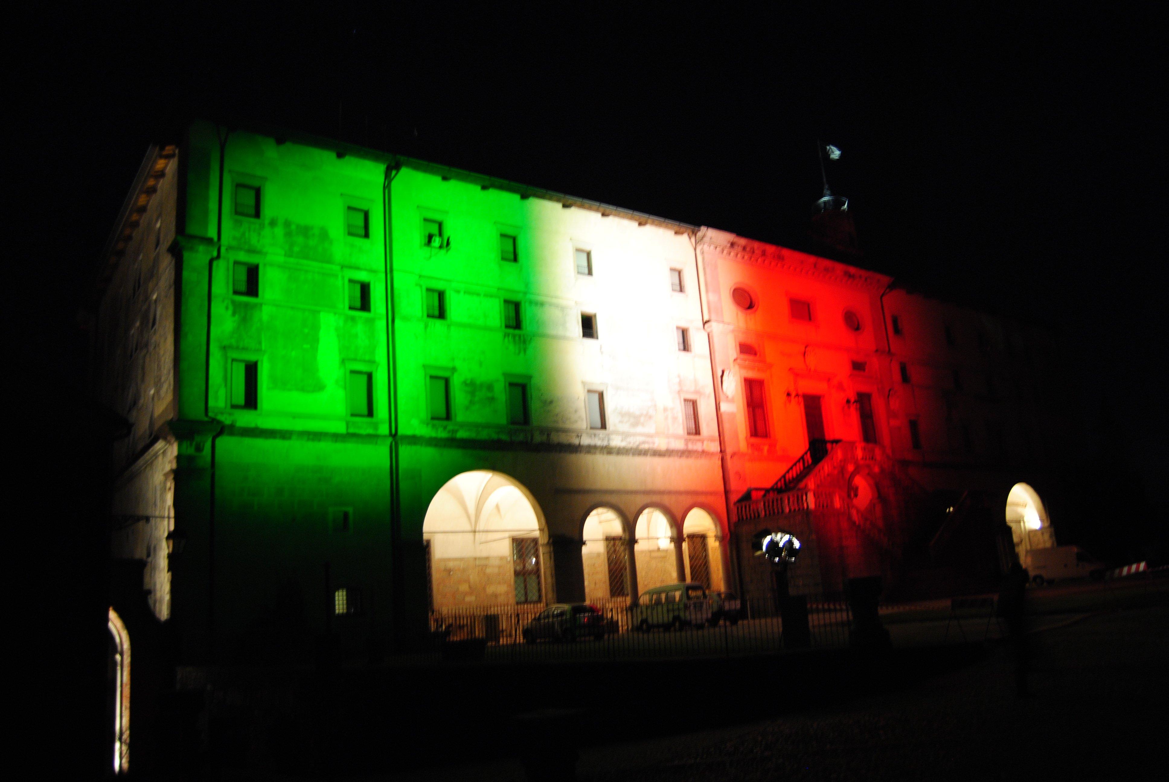 palazzo illuminato con i colori della bandiera italiana_vista frontale