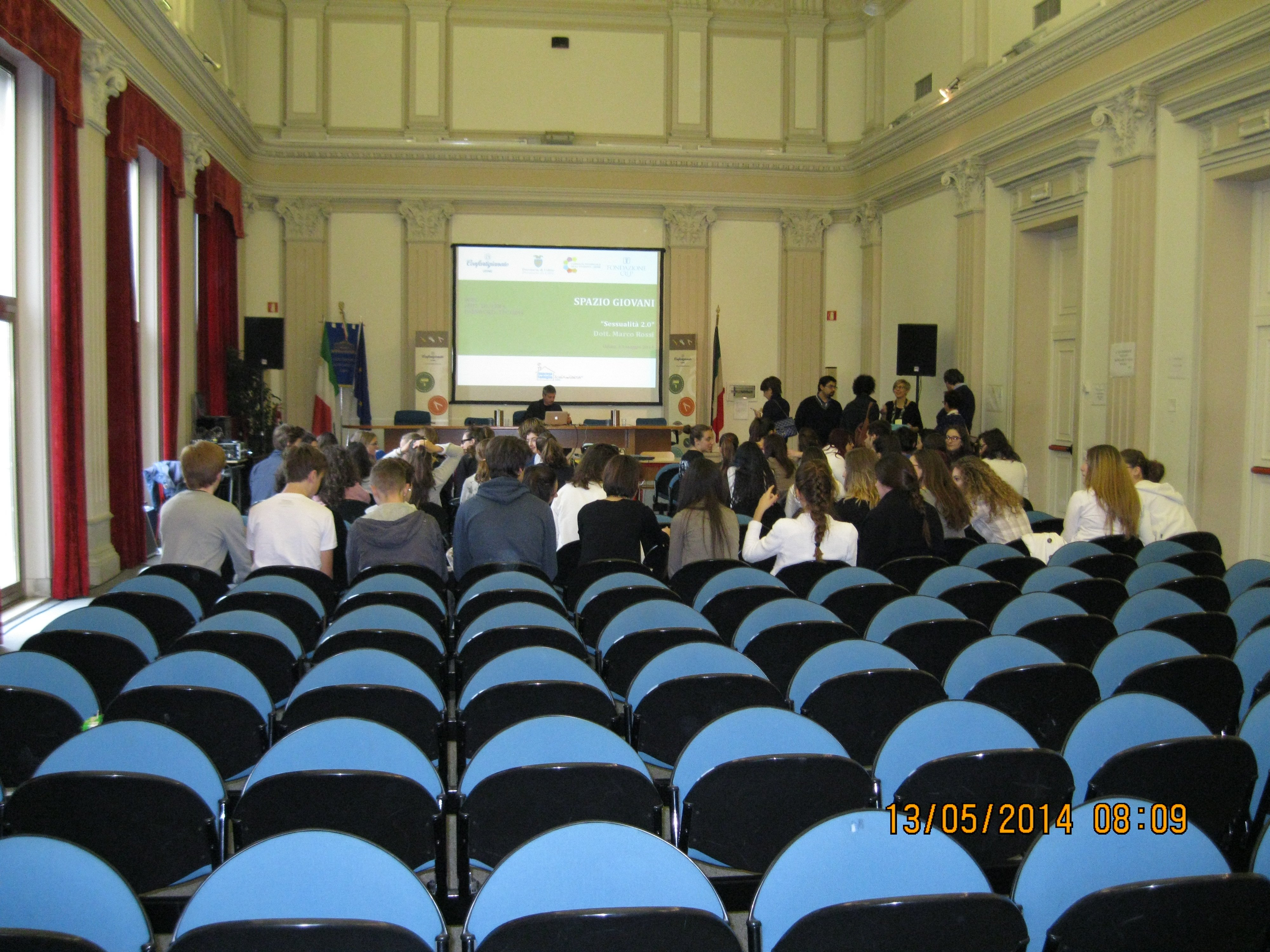 poltrone azzure in primo piano durante una conferenza internazionale
