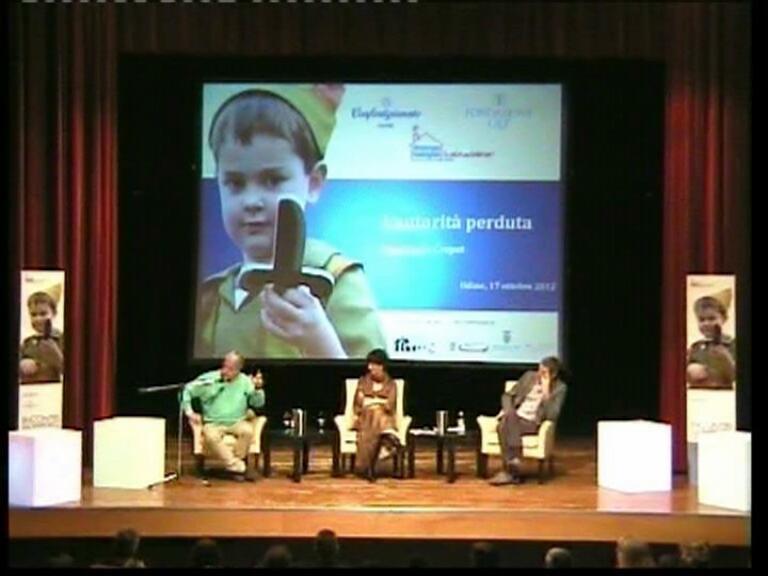 tre persone durante una conferenza