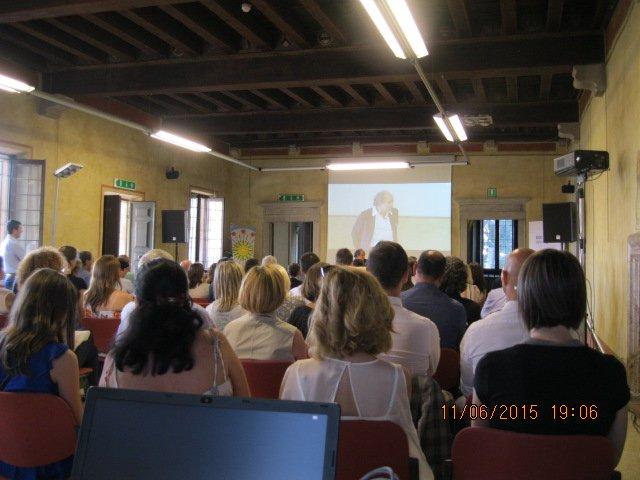 persone mentre ascoltano una conferenza
