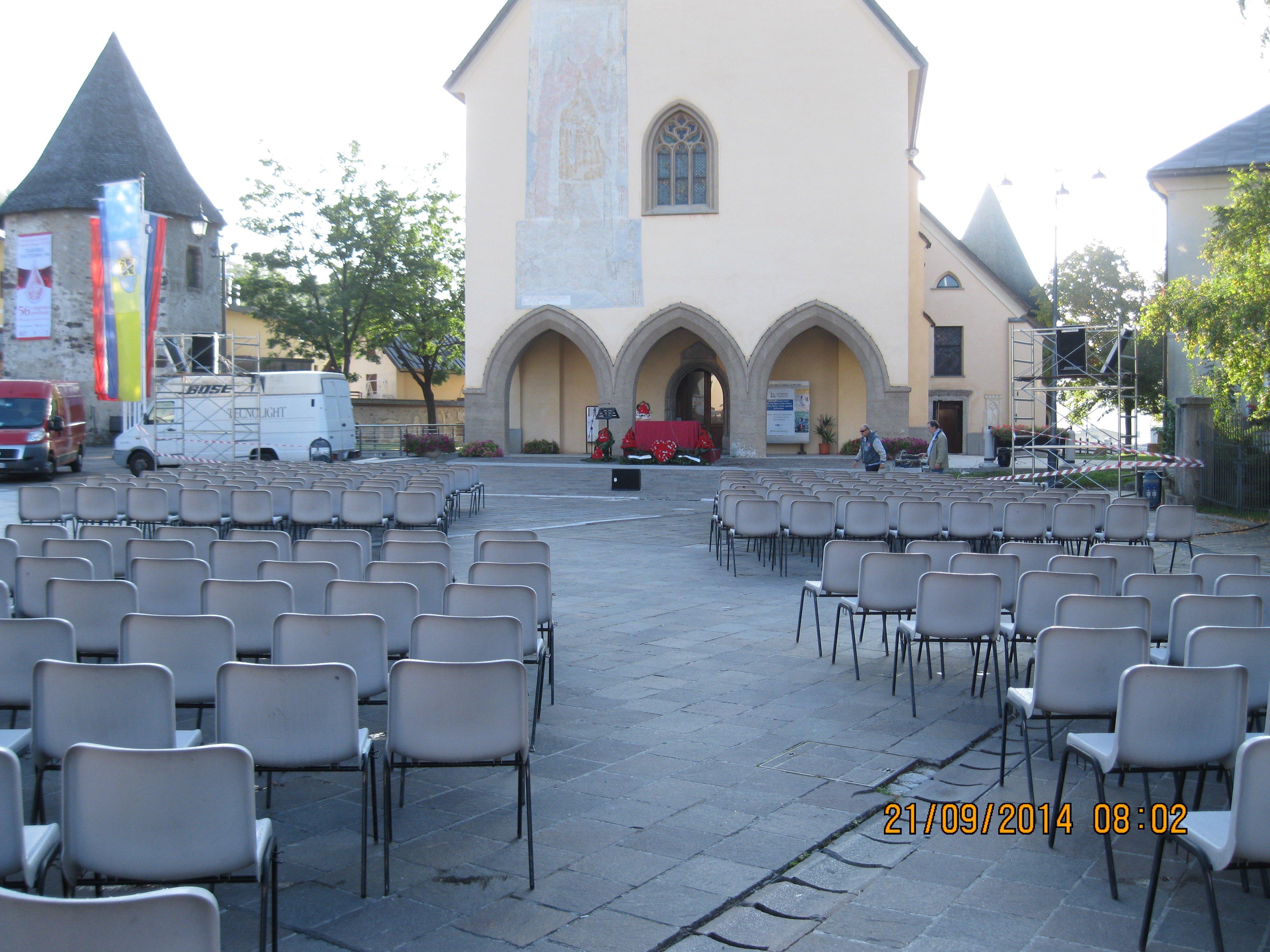 chiesa con sedie all`esterno