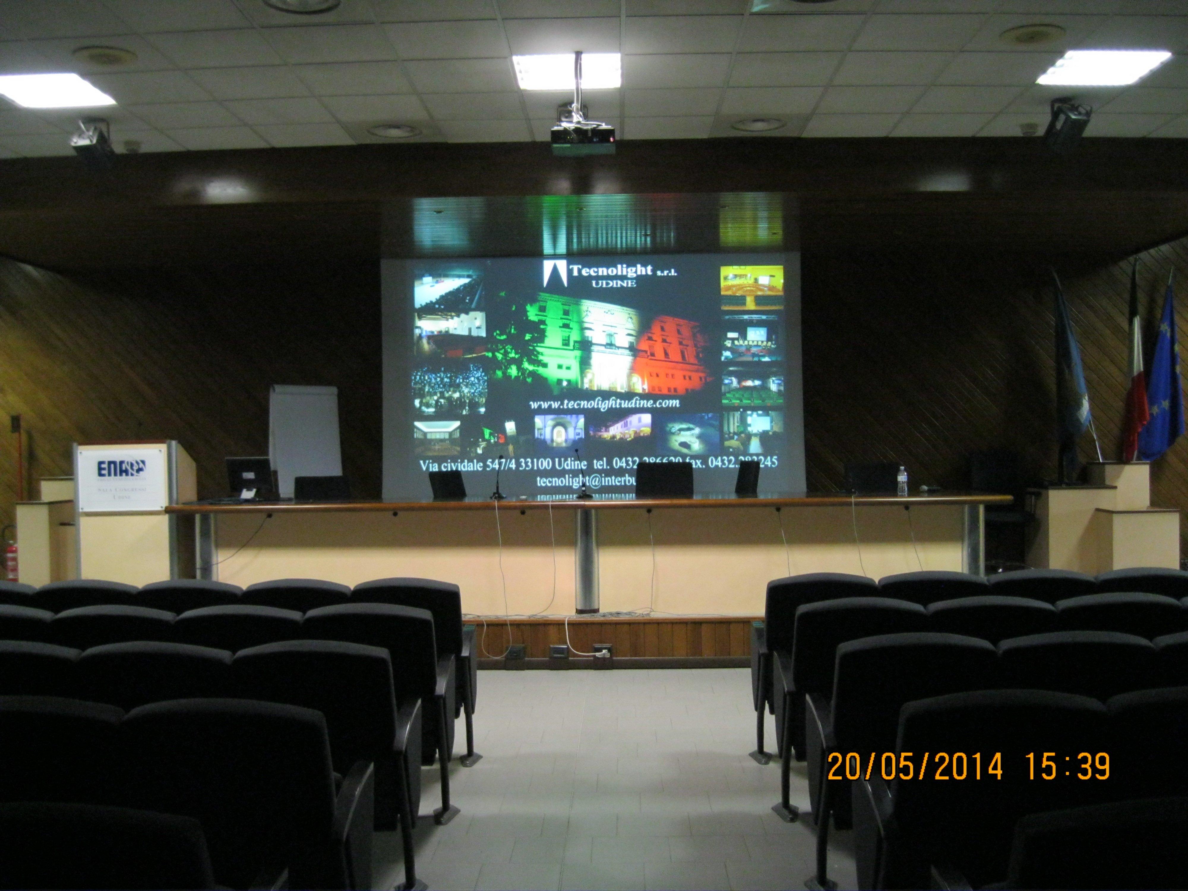 video conferenza con bandiera italiana videoproiettata