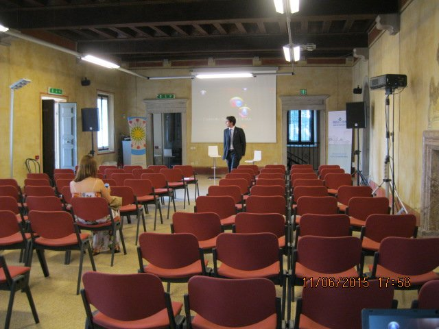 sedie rosse durante un congresso