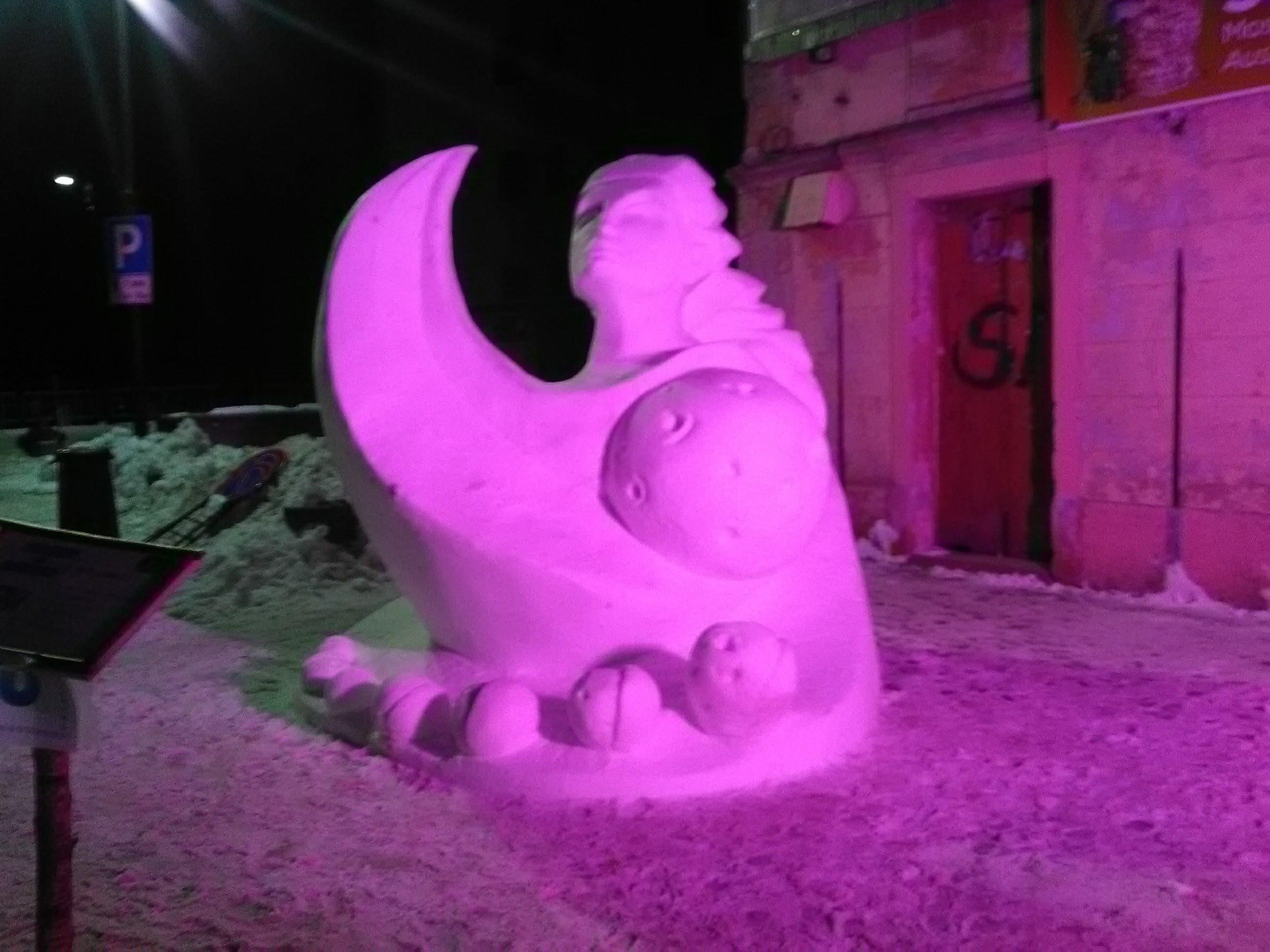 luce rosa su una statua in gesso