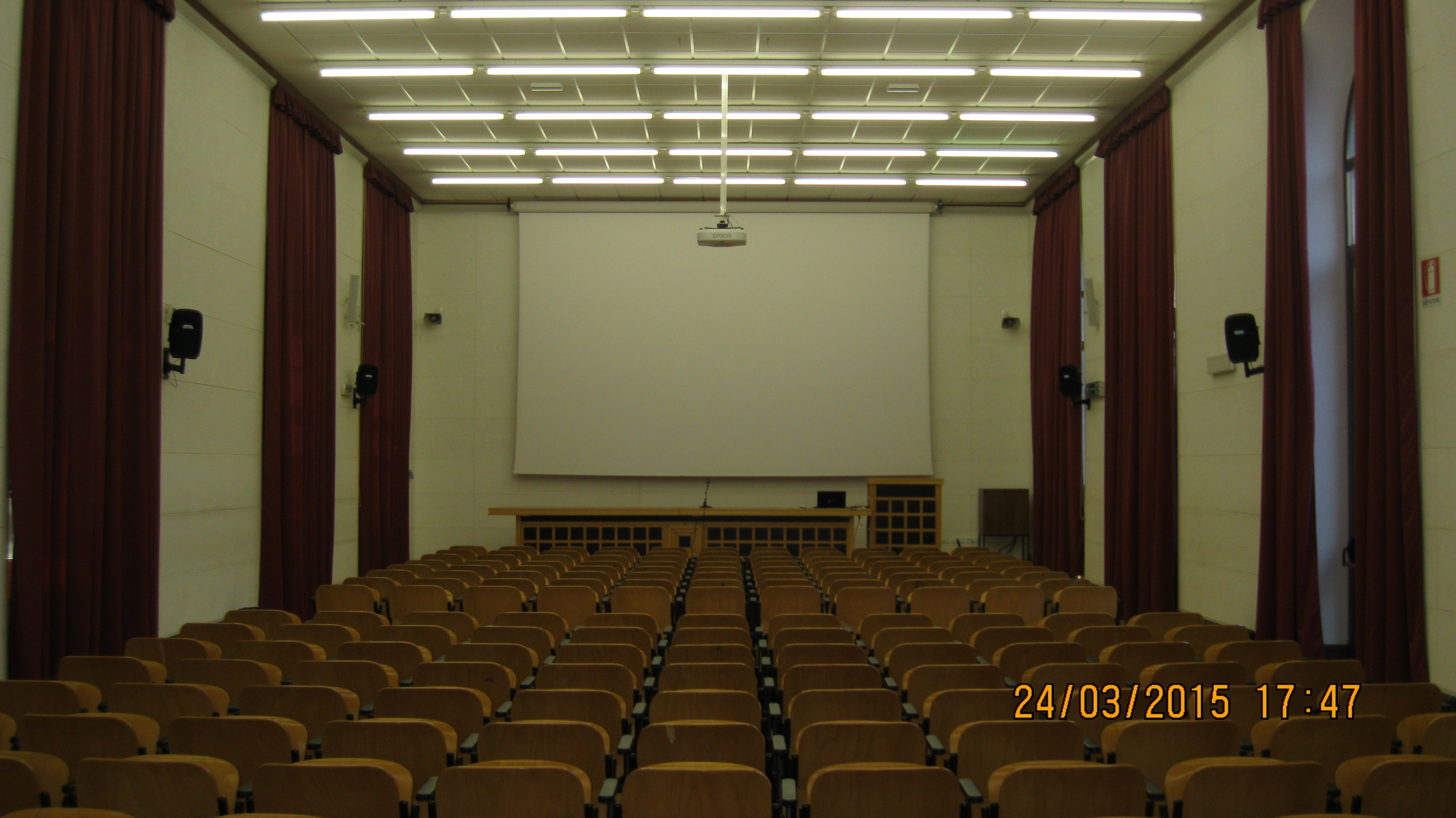 stanza con video proiettore e sedie per evento